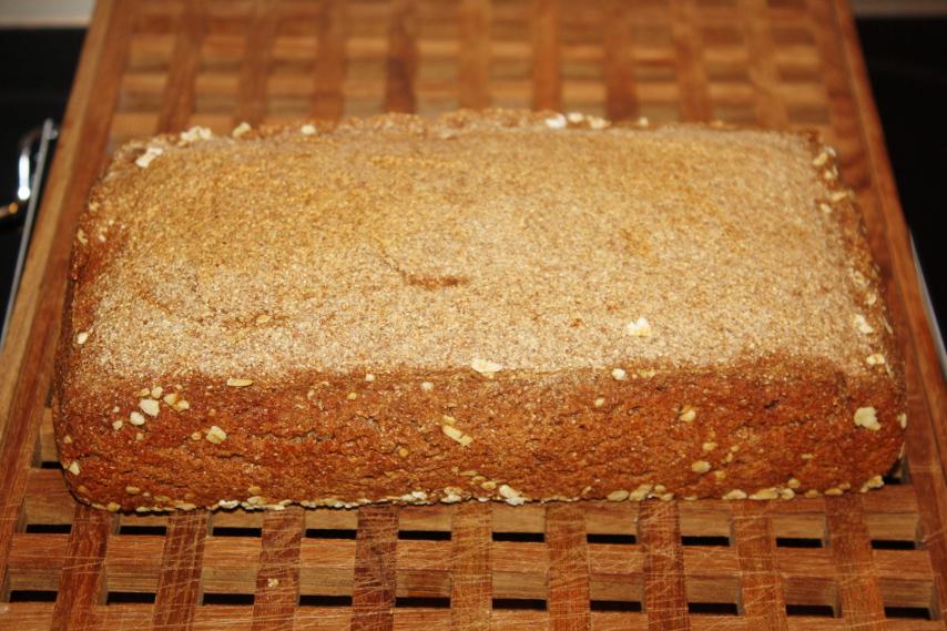 Rugbrød på surdej med bagt hvidløg.